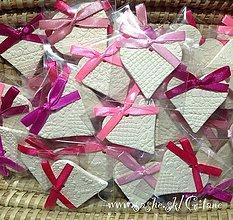 Darčeky pre svadobčanov - Keramické srdiečka s čipkovým dezénom -balené - 5045200_