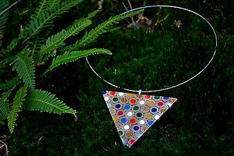 Náhrdelníky - náhrdelník trojuholník z farbičiek - 5313378_