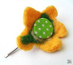 Ozdoby do vlasov - Žlto-zelená kvetinová sponka - 5530825_