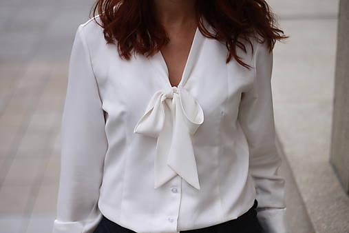 Biela košeľa s viazačkou