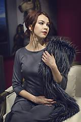 Šaty - Šedé úpletové šaty midi dĺžky - 6089012_
