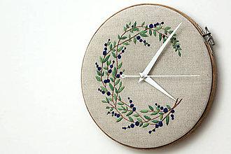 Hodiny - V borovanskom lese, ručne vyšívané nástenné hodiny - 6512642_
