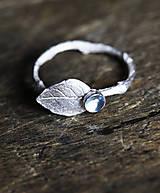 Prstene - Vetvičkový prsteň strieborný s lístkom a topazom alebo iným drahokamom - 6560102_