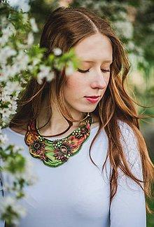 Náhrdelníky - Vyšívaný náhrdelník z hodvábu v prírodných tónoch - 6656787_