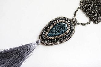 Náhrdelníky - Vyšívaný náhrdelník so strapcom, porcelán, štras - 6659871_
