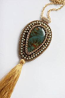 Náhrdelníky - Vyšívaný náhrdelník so strapcom, porcelán, štras - 6663899_