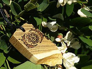 Náhrdelníky - Svargový kvietok - drevený prívesok (agát) - 6836331_
