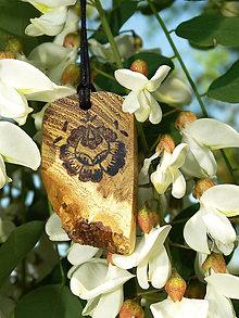 Náhrdelníky - Ľudový kvietok - drevený prívesok (agát) - 6843703_
