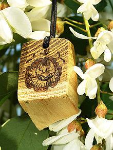 Náhrdelníky - Ľudový kvietok (hrubší) - drevený prívesok (agát) - 6843732_