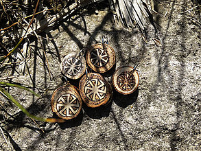 Náhrdelníky - Kolovrat - drobný drevený prívesok - 6871513_