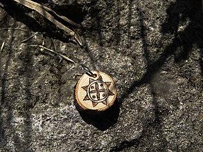 Náhrdelníky - Svarga - maličký drevený prívesok (breza) - 6896281_