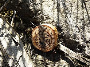 Náhrdelníky - Perúnov kolovrat - maličký drevený prívesok (breza) - 6896310_