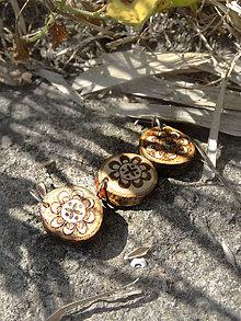 Náhrdelníky - Svargový kvierok - maličký drevený prívesok (breza) - 6896351_
